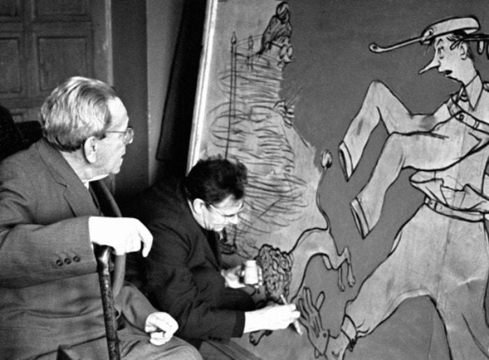 С. Маршак и М. Куприянов во время работы Кукрыниксов над панно на тему произведений писателя, 1964 | Фото: rg.ru