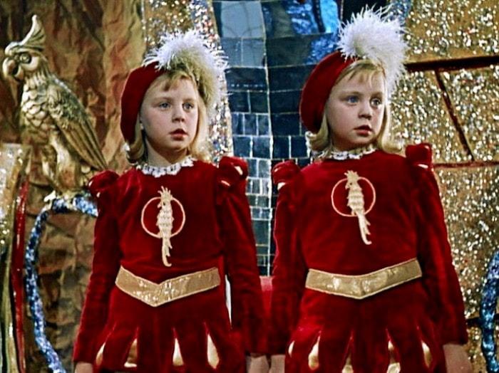 Ольга и Татьяна Юкины в фильме Королевство кривых зеркал, 1963 | Фото: mtdata.ru