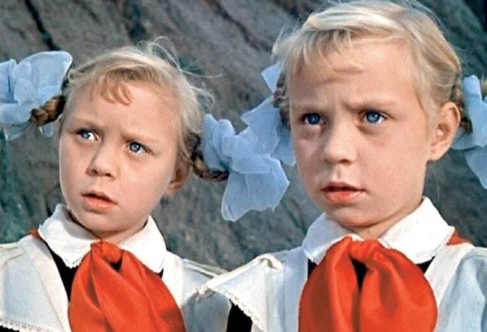 Ольга и Татьяна Юкины в фильме Королевство кривых зеркал, 1963 | Фото: kinodag.ru