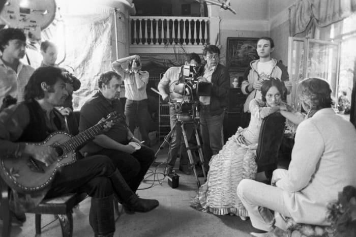 На съемках фильма *Жестокий романс*, 1984 | Фото: picturehistory.livejournal.com