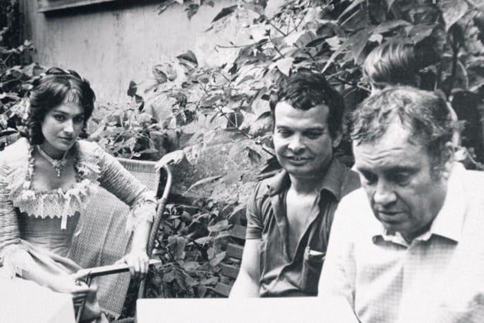 Оператор, режиссер и актриса на съемках фильма *Жестокий романс*, 1984 | Фото: picturehistory.livejournal.com