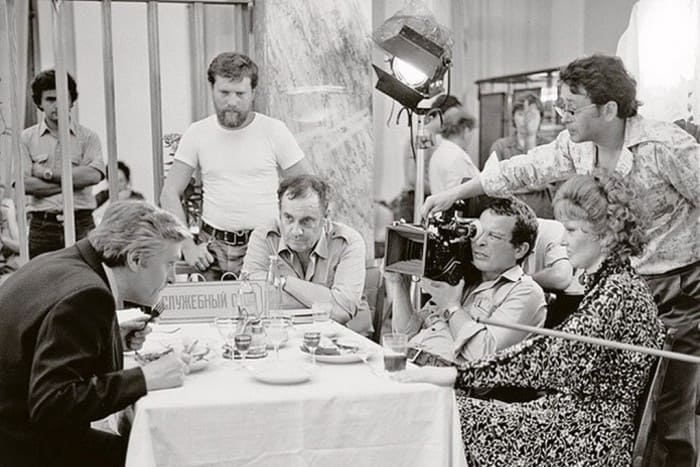 Оператор, режиссер и актеры на съемках фильма *Вокзал для двоих*, 1982 | Фото: vivatkinorussia.ru
