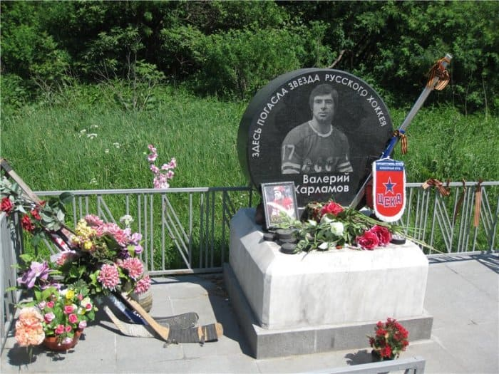 Памятный знак на месте гибели легендарного хоккеиста | Фото: slavikap.livejournal.com