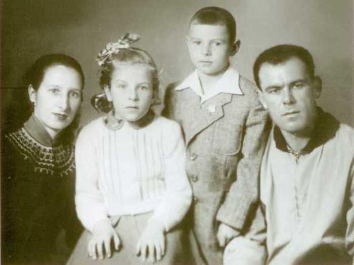 Валерий Харламов с родителями и сестрой   Фото: slavikap.livejournal.com