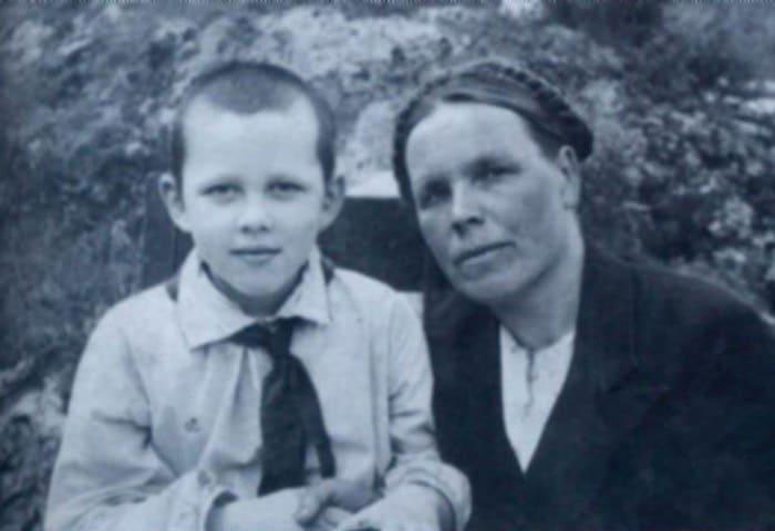 Валерий Золотухин с матерью, конец 1940-х гг. | Фото: uznayvse.ru