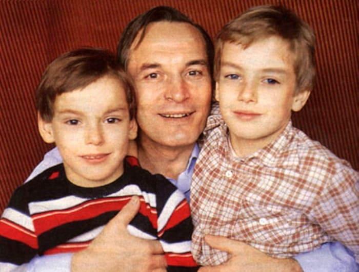 Актер с сыновьями Сергеем и Александром | Фото: 24smi.org