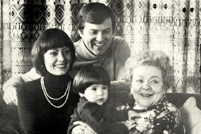 Виктория с мужем Фредериком Ричардом Поуи, сыном Крисом и мамой | Фото: chtoby-pomnili.net