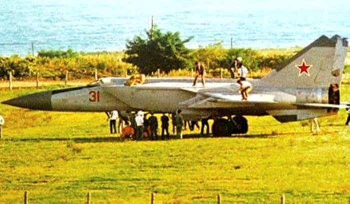 Этот снимок был сделан сразу после приземления МиГа на гражданский аэродром в Японии | Фото: fakty.ua