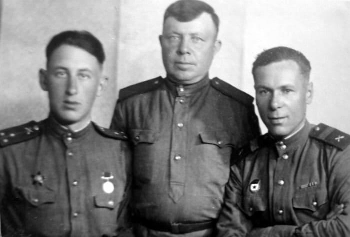 Владимир Басов (слева) в военные годы | Фото: matveychev-oleg.livejournal.com