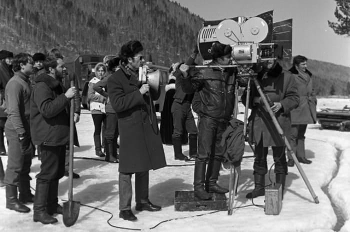 Владимир Мотыль (в центре) на съемках фильма *Звезда пленительного счастья*, 1974 | Фото: aif.ru