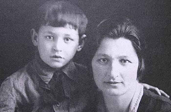 Владимир Мотыль с матерью | Фото: persons-info.com
