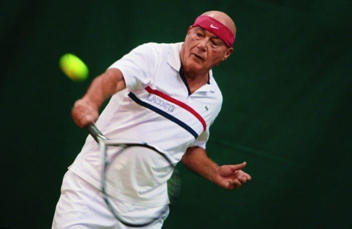 И в зрелом возрасте Владимир Познер остается в хорошей физической форме благодаря увлечению спортом | Фото: peopletalk.ru