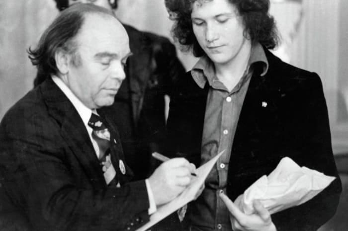 Владимир Шаинский дает автограф лауреату фестиваля советской песни, 1977 | Фото: aif.ru