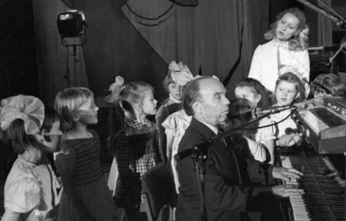 Композитор среди детей | Фото: aif.ru