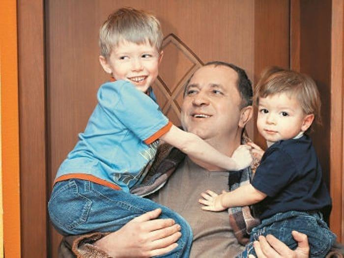 Актер с сыновьями | Фото: sobesednik.ru