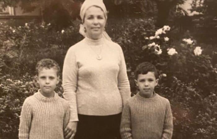 Братья с матерью | Фото: vokrug.tv
