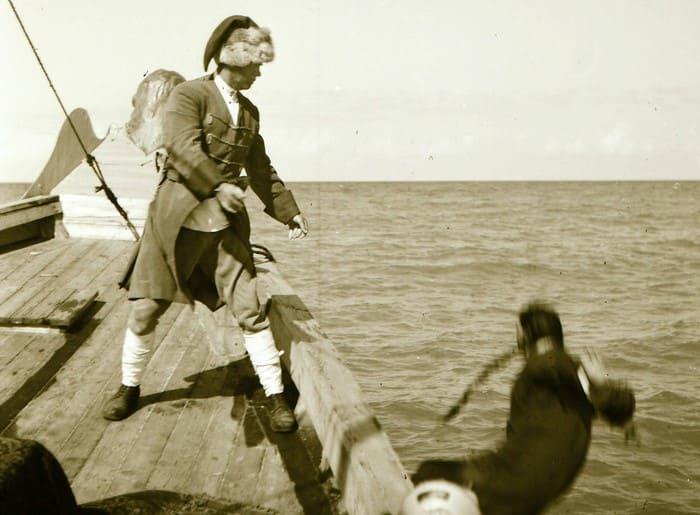 Кадр, не вошедший в фильм: сон Сухова о том, как он, вспомнив жену, бросает в воду женщин из гарема | Фото: pikabu.ru