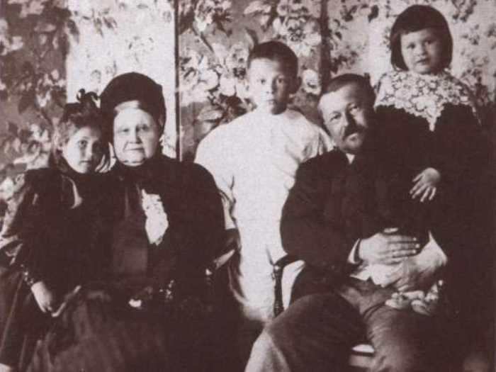 Меценат и промышленник Савва Тимофеевич Морозов с матерью и детьми Марией, Тимофеем и Еленой, 1898 | Фото: coollib.xyz