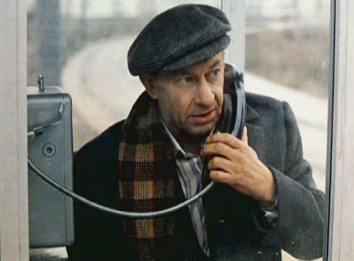 Евгений Евстигнеев в фильме *Зимний вечер в Гаграх*, 1985 | Фото: kino-teatr.ru