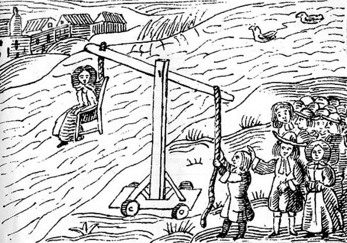 Иногда подозреваемую привязывали к стулу и бросали в воду. Если выплывет – значит ведьма