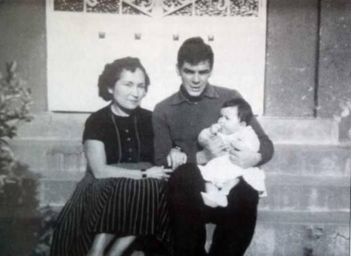 Эрнесто Гевара и Ильда Гадеа с дочерью | Фото: persons-info.com