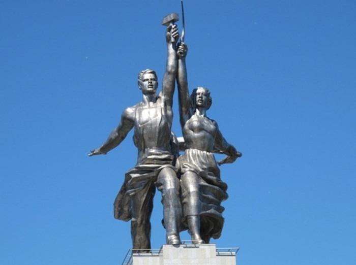 Скульптура Веры Мухиной *Рабочий и колхозница* | Фото: history-kamensk.ru