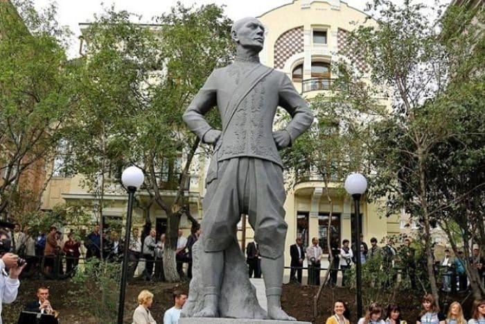 Открытие памятника Юлу Бриннеру во Владивостоке, 28 сентября 2012 г. | Фото: kino-teatr.ru