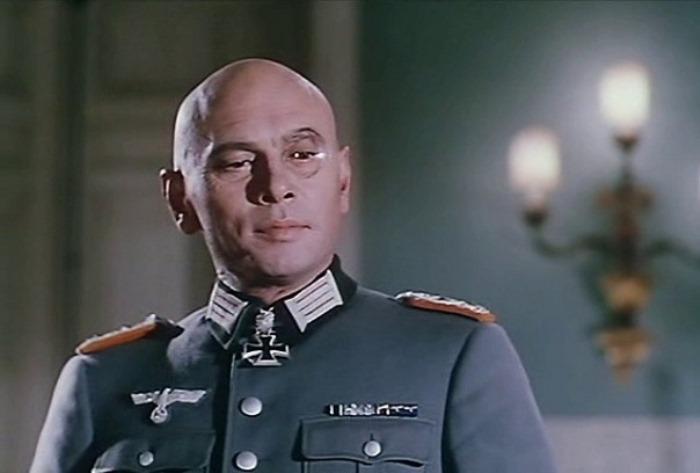 Юл Бриннер в фильме *Тройной крест*, 1966 | Фото: kino-teatr.ru