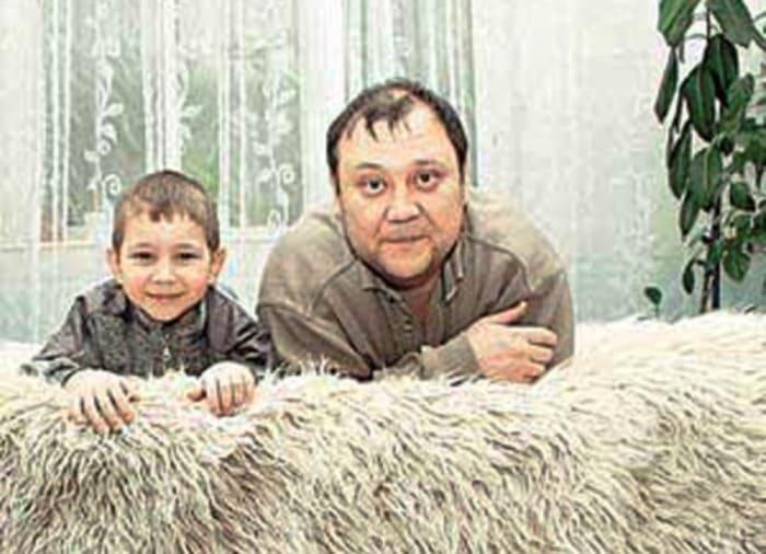 Актер с сыном   Фото: kino-teatr.ru