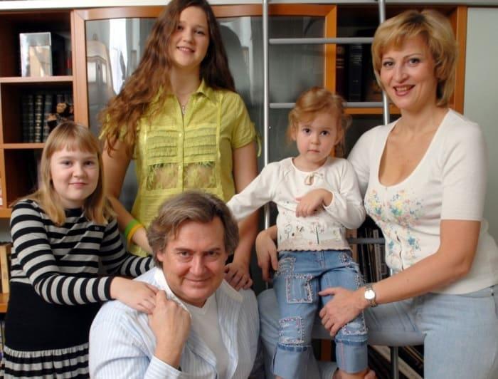 Артист с семьей   Фото: muzh-zhena.ru