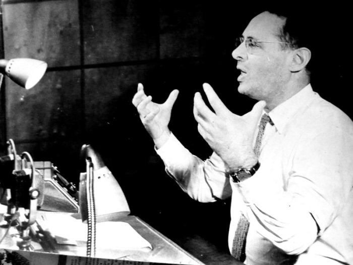Юрий Левитан объявляет в студии радио о полете Юрия Гагарина. Фото из архива журналиста Ю. Белкина | Фото: kino-teatr.ru