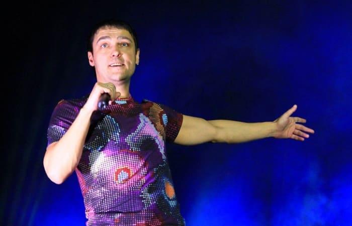 Певец на сцене | Фото: russian.rt.com