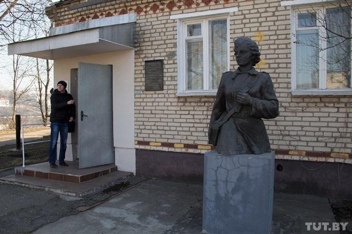 Памятник Зине Туснолобовой возле музея   Фото: westki.info