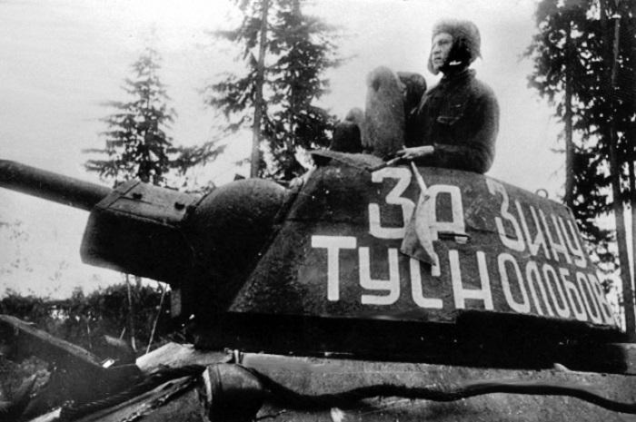 Бойцы писали на танках: *За Зину Туснолобову*   Фото: westki.info