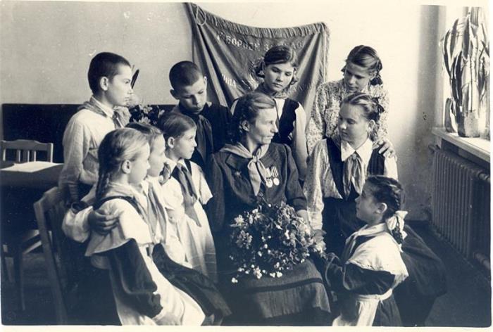 Зинаида Туснолобова на встрече с пионерами   Фото: westki.info