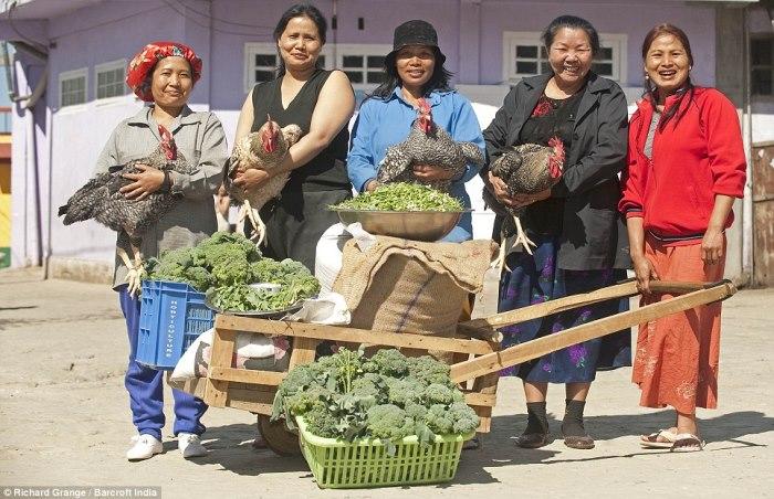 Счастливые жены собираются готовить обед
