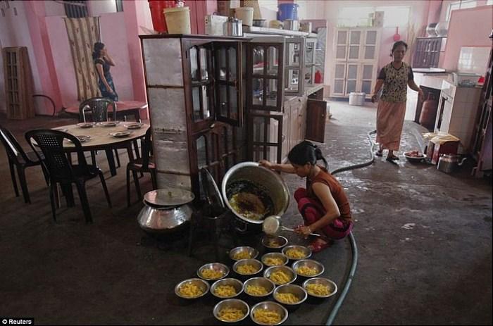 Девочки работают на кухне наравне со взрослыми женщинами