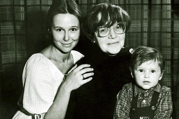 Зоя Кайдановская в детстве с мамой и бабушкой | Фото: stuki-druki.com