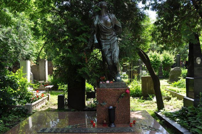 Могила Зои Космодемьянской на Новодевичьем кладбище | Фото: regnum.ru