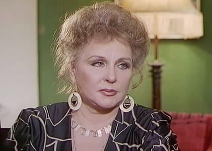 Зоя Зелинская в сериале *На углу у Патриарших*, 1995 | Фото: kino-teatr.ru