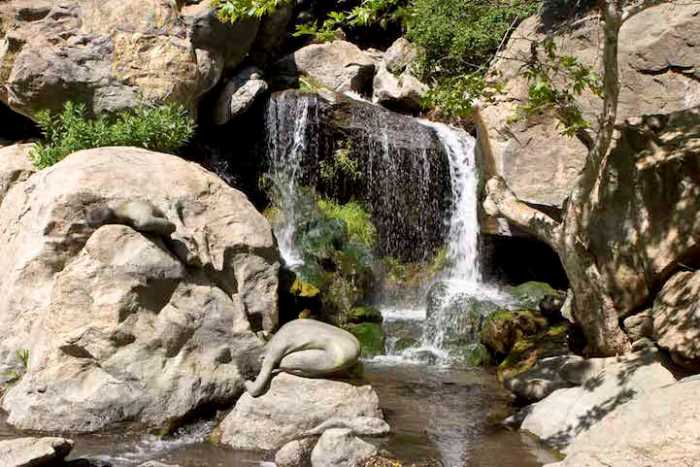 Люди-камни на территории одного из каньонов в штате Калифорния (США). Вы увидели обоих?