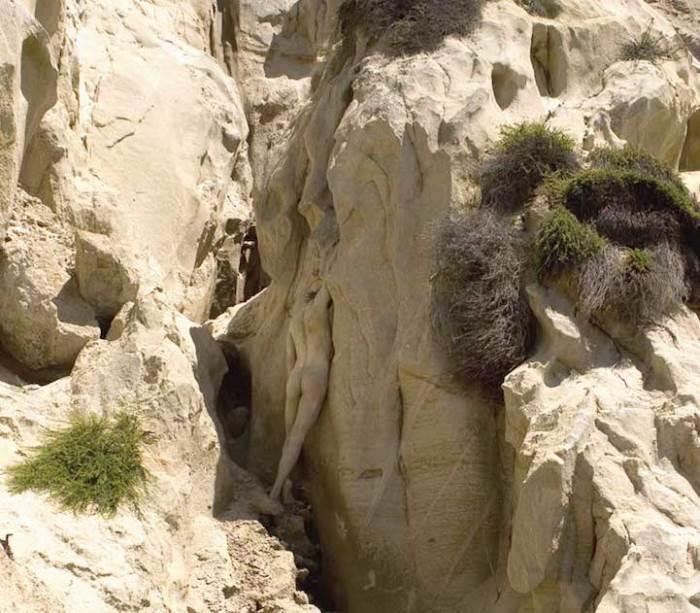 Модель на фоне скал на одном из пляжей в Калифорнии (США)