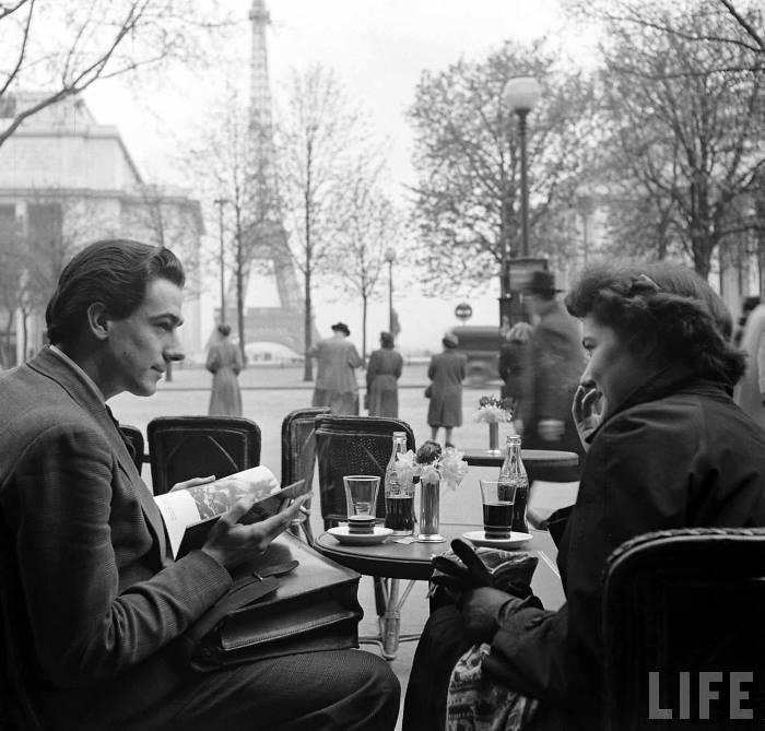 Пара сидит в кафе у Эйфелевой башни, попивая Coca-Cola. Фото: Mark Kauffman