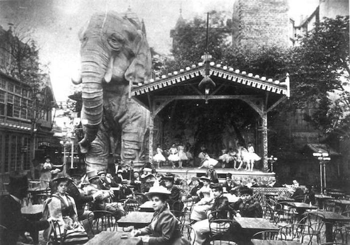 В 1900 г. Оллер и Зидлер приобрели огромного деревянного слона из экспозиции на Всемирной выставке и установили его в саду