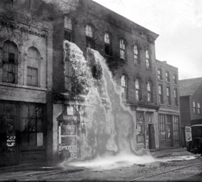 Обнаруженный во время рейда на нелегальном ликеро-водочном заводе алкоголь выливают из окон, Детройт, Мичиган