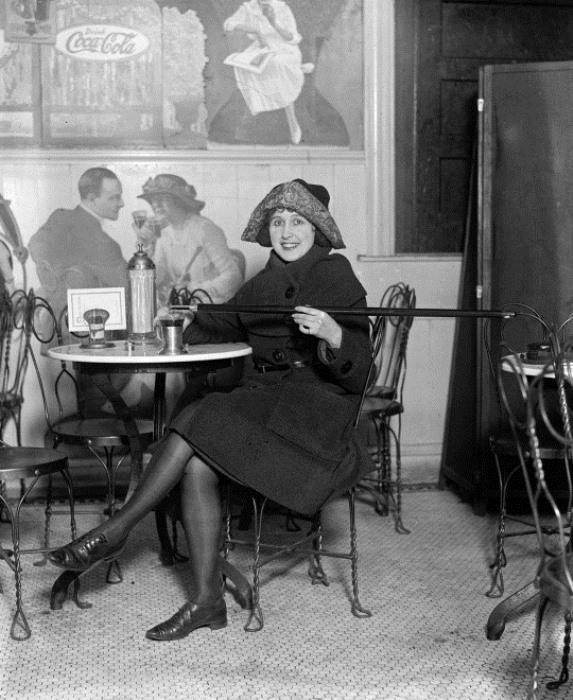 Женщина демонстрирует новомодный аксессуар периода сухого закона – трость для алкоголя, 1922 г.