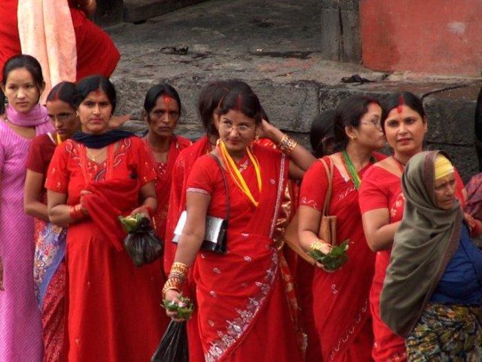 Женщины в очереди к храму Шивы
