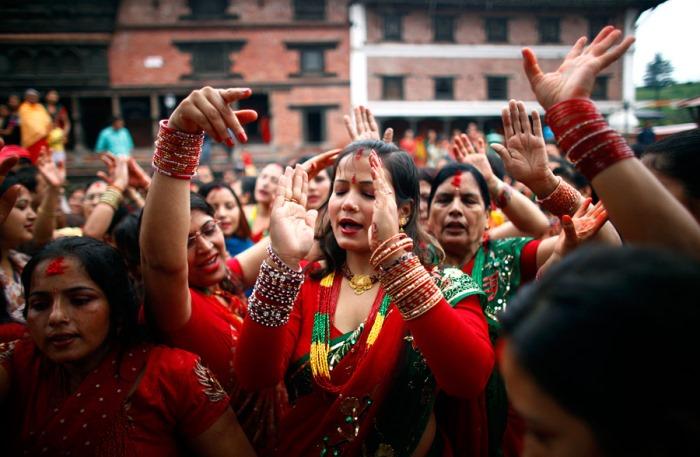 Женщины танцуют и поют на фестивале Тидж