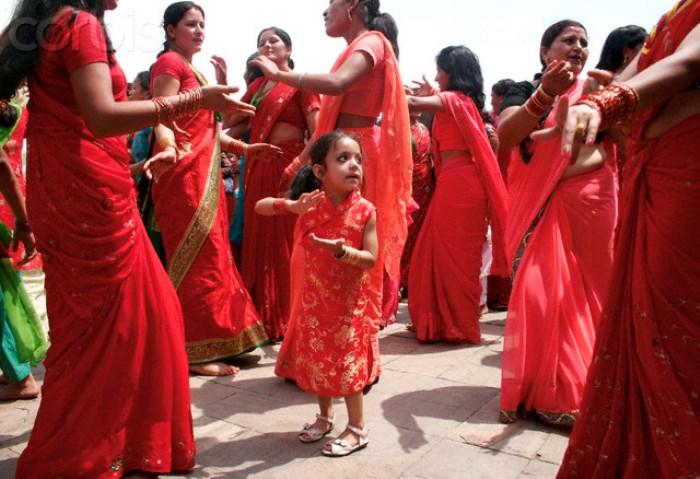 Девочка танцует со своими старшими родственницами