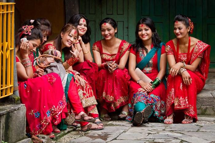 Современные девушки на древнем религиозном празднике